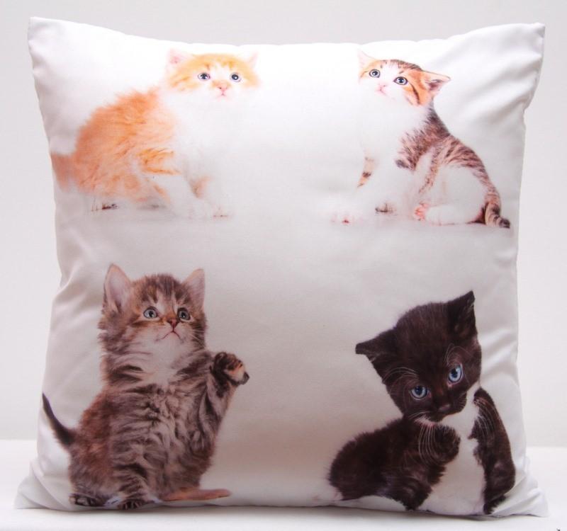 Bílý povlak na polštáře s motivem čtyř roztomilých koťátek